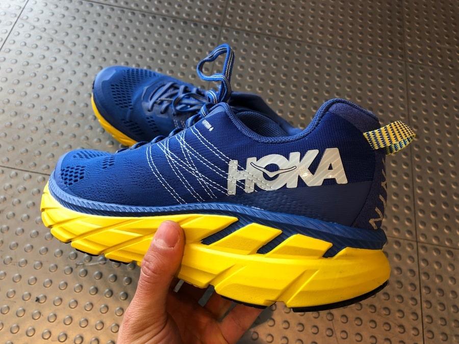 Der Clifton 6 von Hoka One One sieht klumpig aus, ist aber ein sehr leichter Laufschuh.